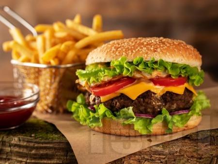 Класически домашен чийзбургер (бургер) с телешка кайма и сирене чедър - снимка на рецептата